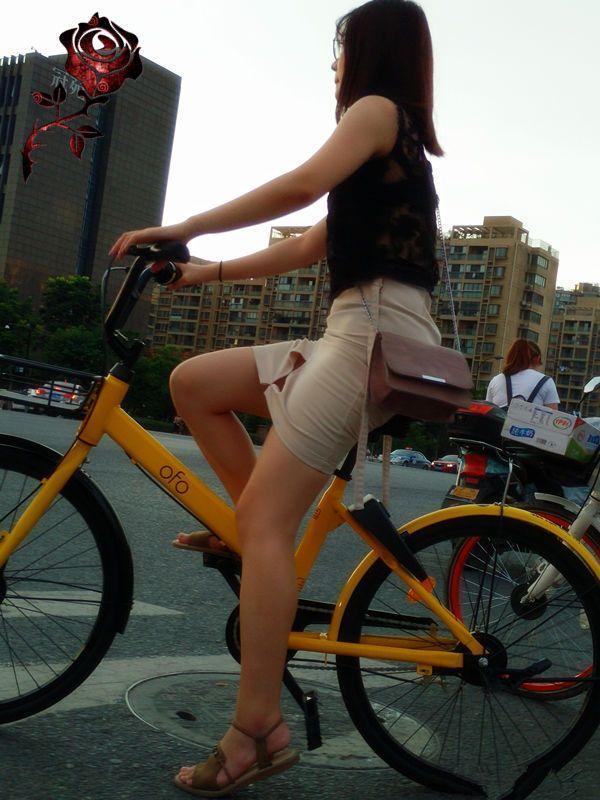 搞笑段子:跟你说了多少遍了,穿裙子不能骑车