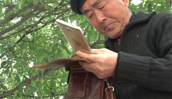 大爷拾手机身份证归还 留纸条怕误会