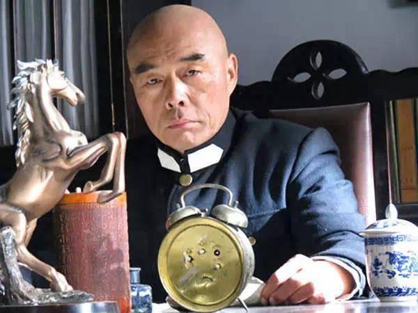 直到转型后,大爷才真正声名大噪,与中国最潮爷爷的身份,重新进入大众视野。