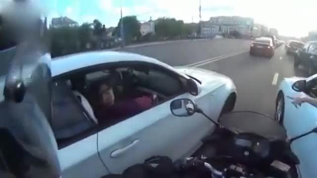 马自达女司机想抽烟,摩托车出现的太及时了