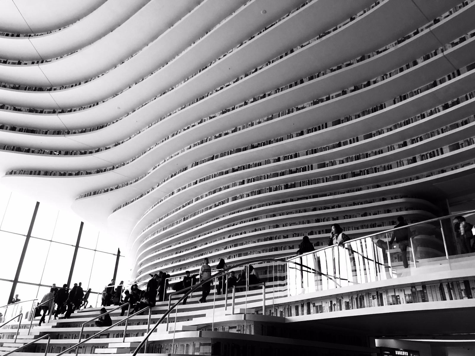 11月12日,适逢周日,天津滨海新区文化中心图书馆迎来了众多市民前来图片