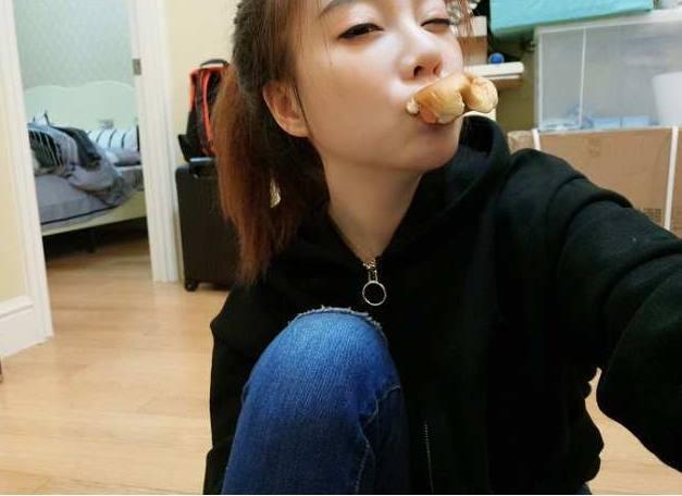 冯提莫微博发吃面包照片,结果被粉丝恶搞,谁更污?