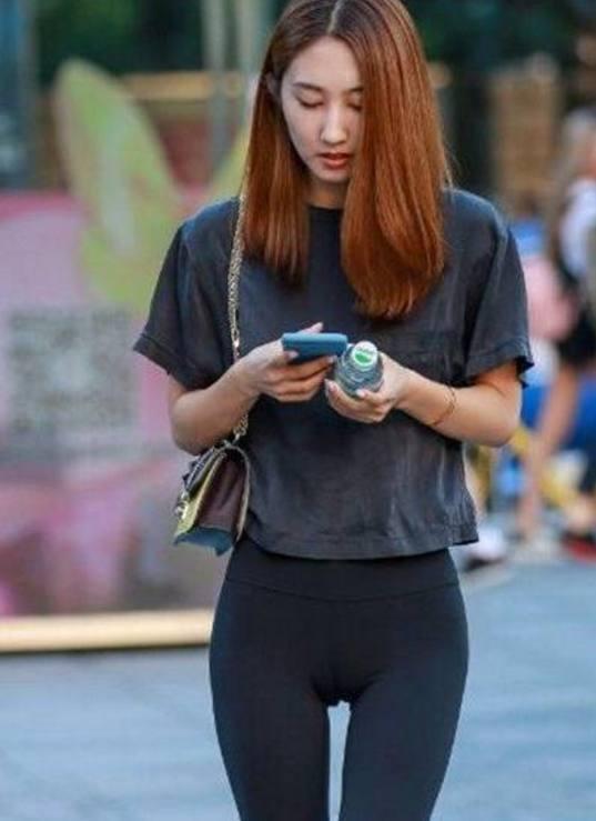 街拍:喜欢穿紧身裤的美女,有亮点哦