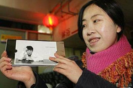 疯狂女粉丝纠缠王力宏7年,家人漠视她行为让人不解