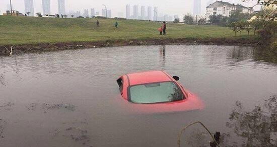 女司机开200万玛莎拉蒂玩手机,把车开进水里, 保险公司拒赔惹争