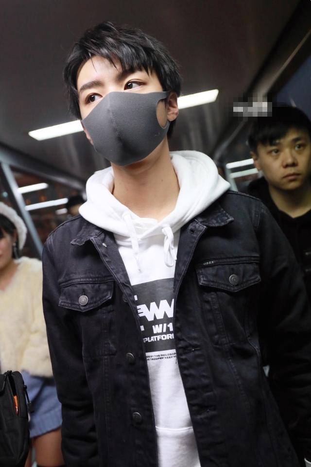 王俊凯帅气现身机场,但却被额头上的疤痕抢镜