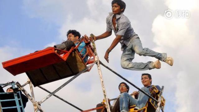 印度老板弄了个人肉发动机摩天轮,员工反映体力消耗太大得加薪!