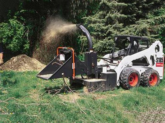 农民协助清理车道 不慎跌入碎木机