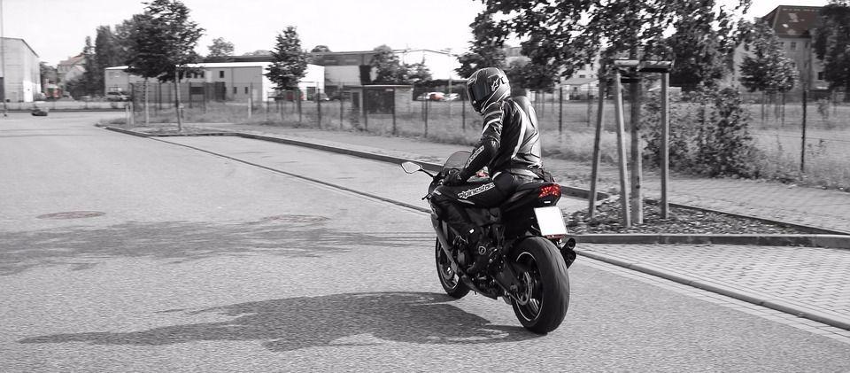 对摩托车骑士骑行前的10个安全原则和26条忠告