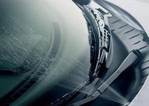 汽车上的玻璃水可以用水加洗洁精代替吗?