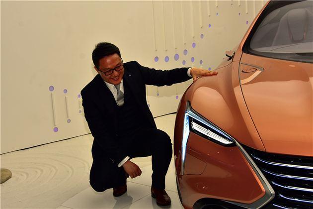 """陈政先生作为一个80后,是目前中国最年轻的汽车设计总监。他带领的设计团队,也是现今最年轻的一批设计师。所有不难看出长安目前的产品均具有最前瞻的设计思维、最贴合年轻人需求的产品。他们也代表了中国式汽车设计风格。 2002年至2008年,陈政先生任长安汽车创意设计师; 2008年至2013年,陈政先生任长安汽车欧洲设计中心设计总监; 2013年至今,陈政先生先后升任为长安汽车全球设计中心全球设计总监、长安汽车工程研究总院副院长、长安汽车造型设计院常务副院长; 这些年在陈政先生带领""""长安设计CA."""