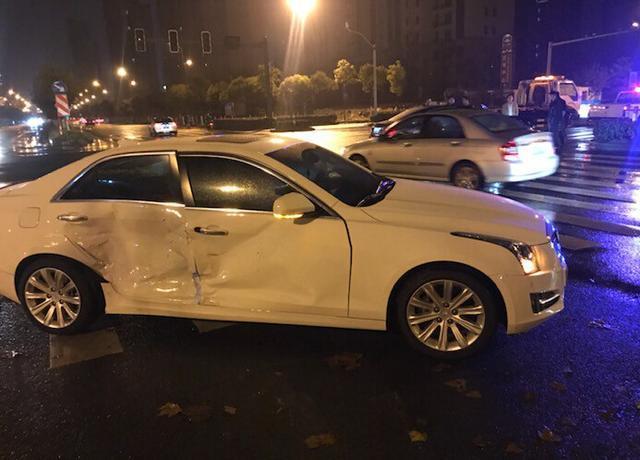 车祸见证实力, 奔驰e级侧面撞击凯迪拉克, 两车之间差距这么大?