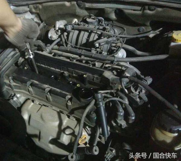 汽车维修师傅分析,该车的点火控制模块是双缸同时点火的,共有3根导线、1根电源线和2根控制线。1根控制线控制1缸和4缸,另一根控制2缸和3缸。这3根导线便组成了4个缸的初级点火电路,而初级点火电路由4根分缸线接到点火圈上,每2根分缸线相互对应,相互之间不只是同时点火,还相互形回路。当1根分缸线断路之后,便会影响到另一缸的点火,如果1根分缸线出现故障,便会造成对应的2个气缸无法工作,导致发动机无法启动。 汽车维修师傅决定检测1缸的分缸线,用万用表测量分缸线的导通性,测量结果为0。所以基本判断,1缸分缸线损坏