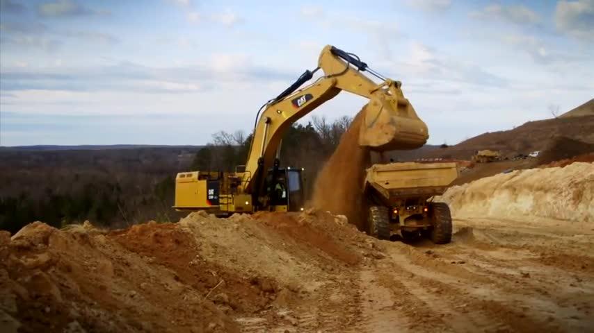 2台小松挖掘机这样接力挖土装车,是为磨洋工还是必须为之
