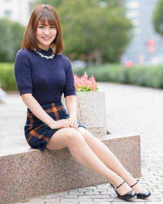 熟妇性事做爱_时尚街拍:貌美年轻熟妇紧身皮裤,身材好到爆让人大饱眼福!
