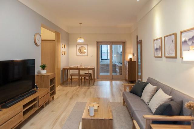 全屋木地板的铺设,凸显出简约朴素的家装风格.