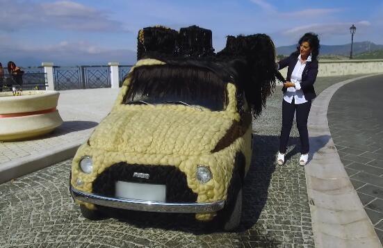 女子几年前用头发装饰爱车,如今已花60多万经常开着上街