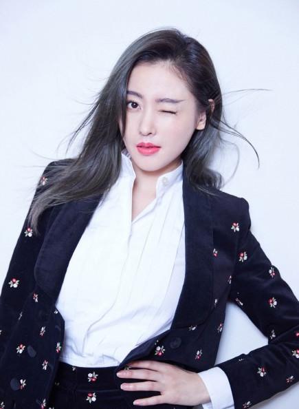 张天爱登时尚芭莎拍摄封面大片,红衣白雪太仙