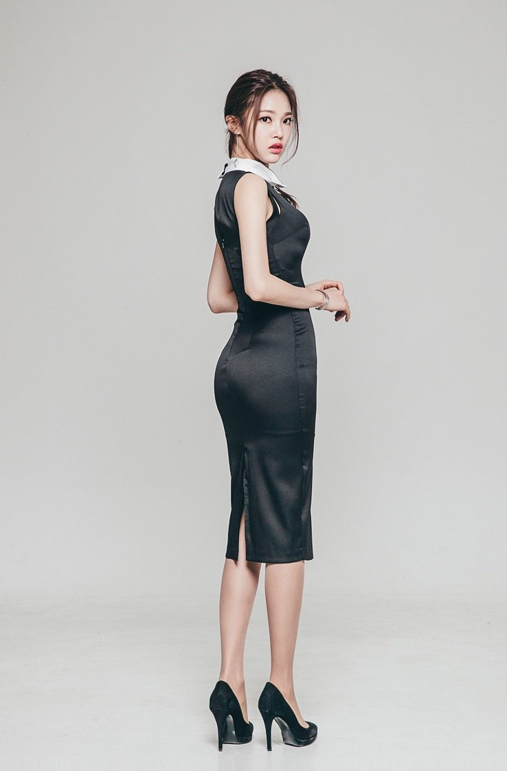 身材高挑的美女,黑色的长裙很显气质。