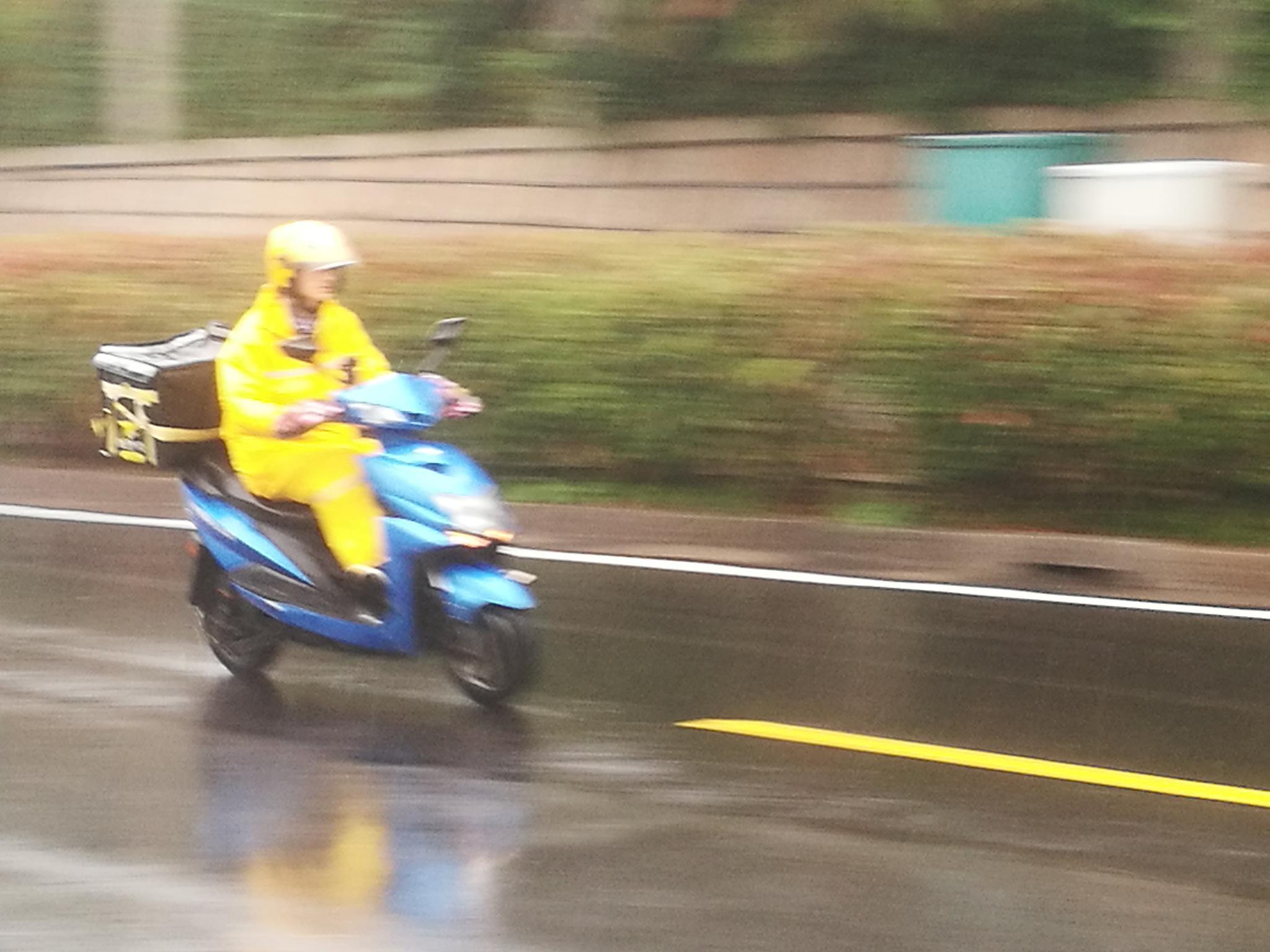 风雨中的外卖骑手