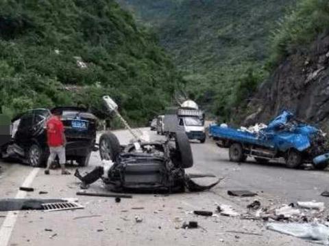 本田C<em>RV</em>山路发生撞击,导致小货车损伤严重,C<em>RV</em>被五马分尸