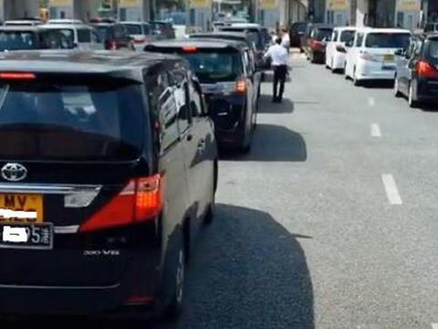 香港出入境,清一色的商务保姆车等候过关,场面堪称MPV车展