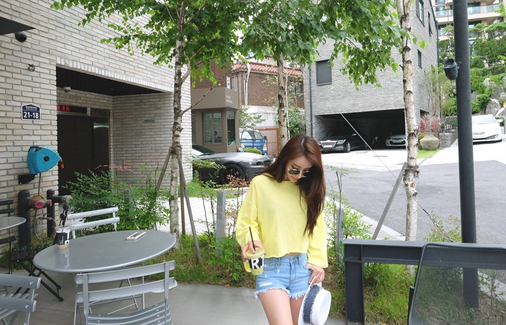 李宇春大晒背娃靓照 身穿橘色套裙辣妈范十足!
