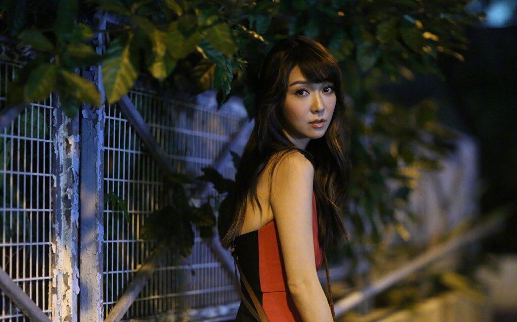 薛凯琪红裙长靴,夜幕下多了几分娇艳!