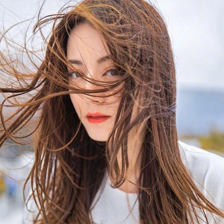 风吹乱了迪丽热巴长发,仙女气质美哭了!