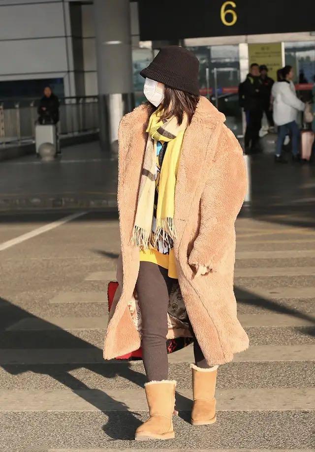谢娜低调走机场,毛大衣搭雪地靴,保暖武装到牙齿