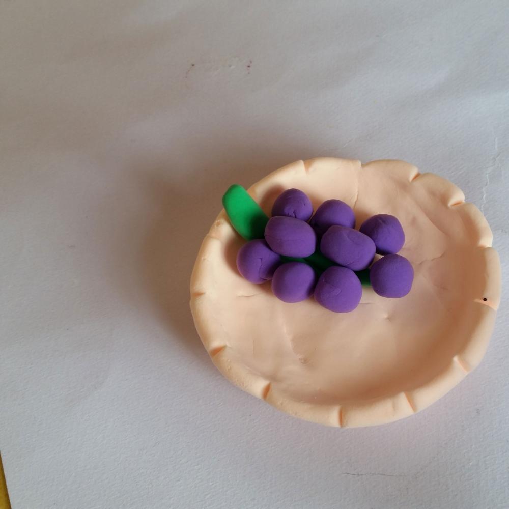 幼儿超级粘土假期小手工制作葡萄水果拼盘的做法步骤