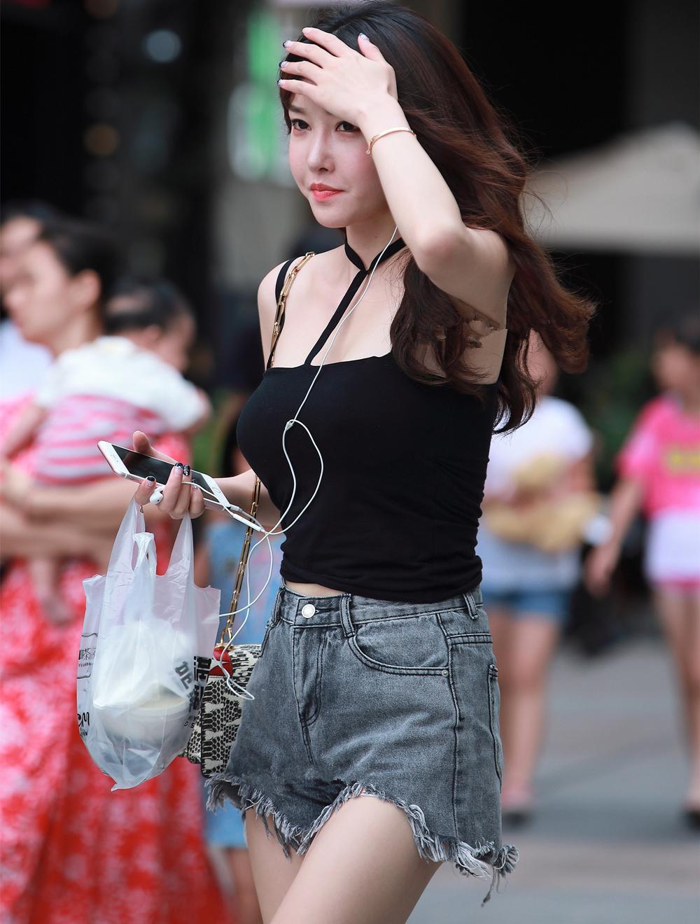 街拍: 热裤美女, 网红长相满分身材, 我们能加个朋友吗?