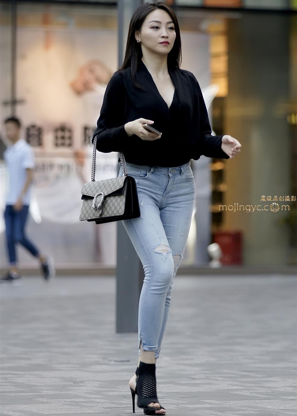 街拍: 紧身牛仔裤美妇, 跃动的美感, 饱满曲线牢牢