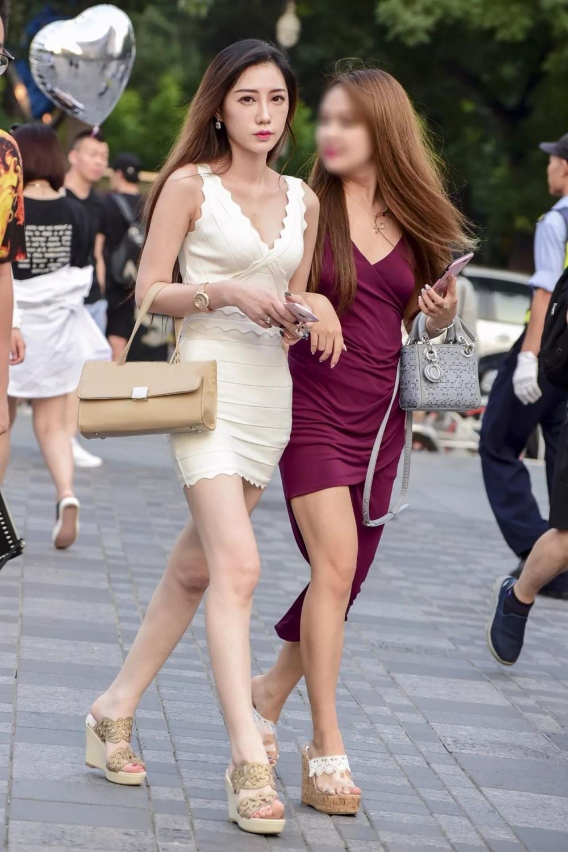 路人街拍: 穿紧身吊带短裙的饱满女神, 曼妙的身姿娇艳动人