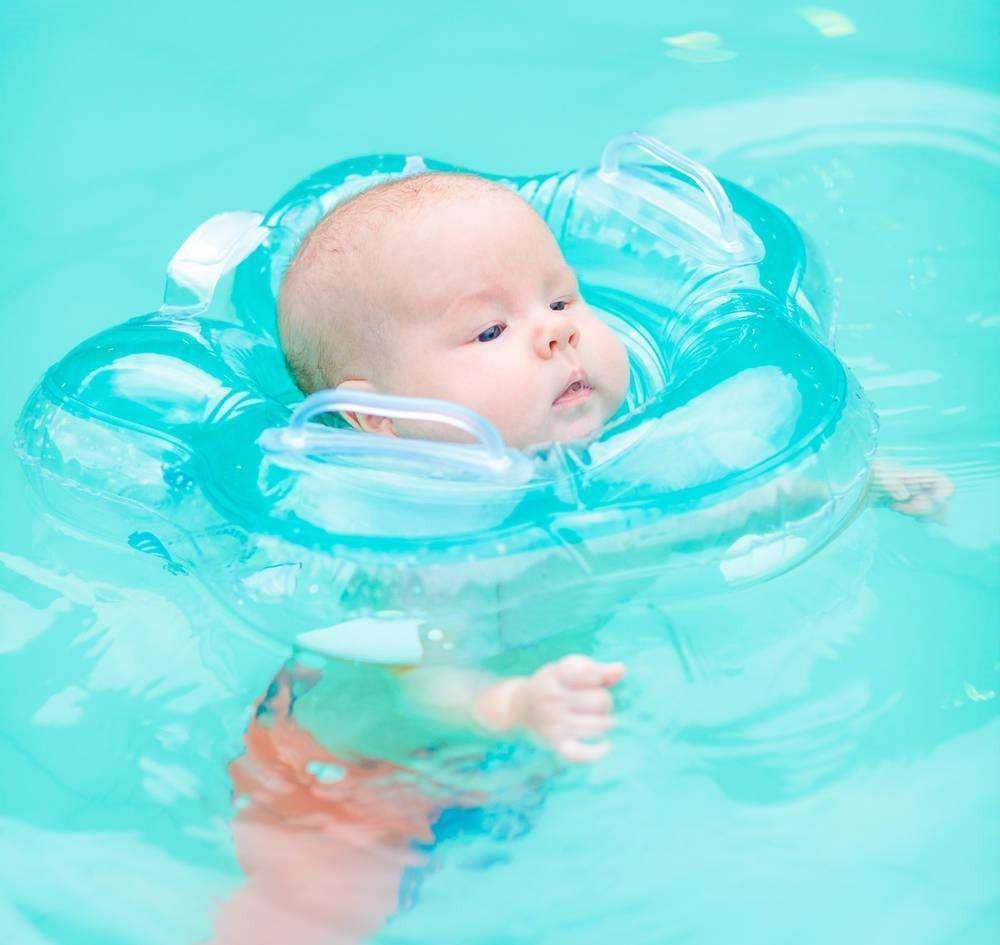 婴儿游泳会伤害颈椎? 专家: 家长需谨慎对待游