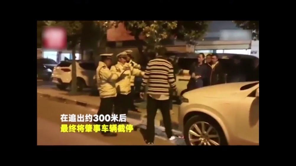 外卖小哥 电动邦 电动车 【点赞!酒驾司机撞倒小女孩后离开 外卖小哥骑电...
