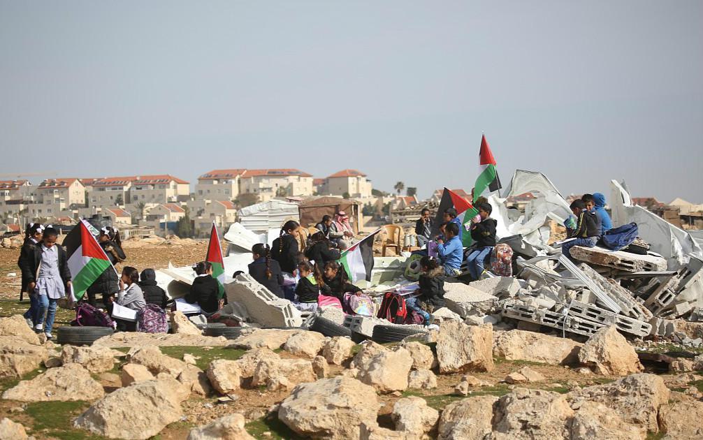 崂山城强拆部队_巴勒斯坦学校遭以色列部队强拆 小学生坐废墟上看书
