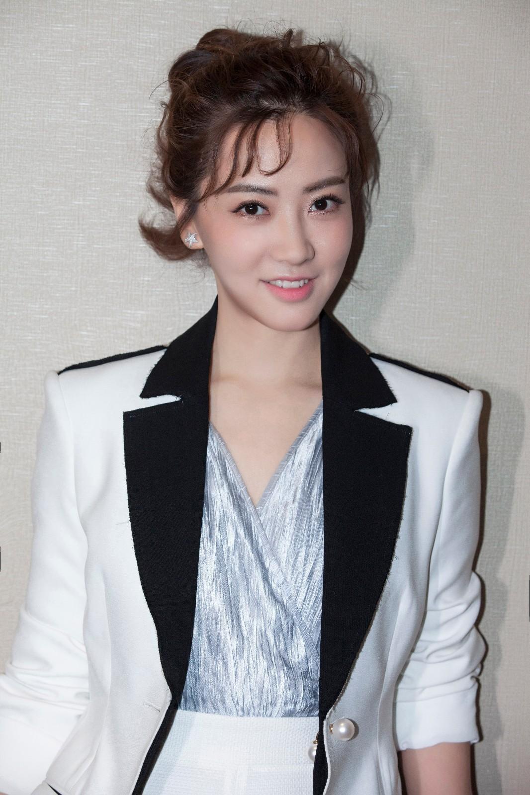 刘珈彤现身《极客江湖》发布会 携手景甜为职场女性发声
