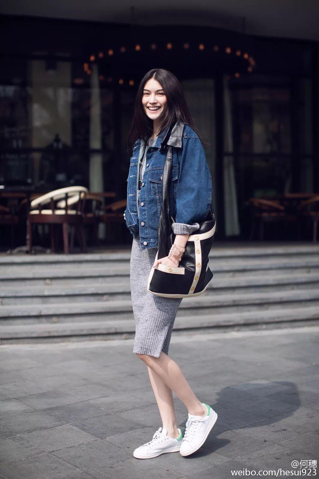 维密亲闺女何穗用牛仔外套搭配针织裙,早春的季节温暖的刚刚好.