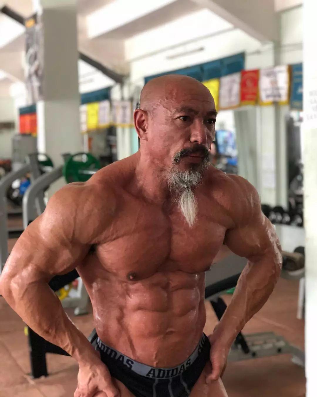 健硕的麒麟臂,发达的胸肌,年过半百依旧荷尔蒙爆棚;