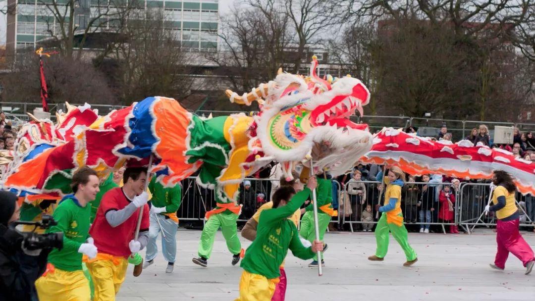 童舞龙视频_舞龙是指舞龙者在龙珠的引导下,手持龙具,随鼓乐伴奏,通过人体的运动