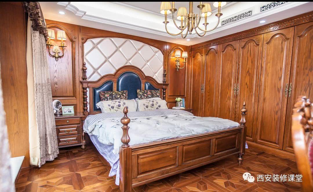 主卧空间四周灯带吊顶,背景护墙板软包及壁灯装饰,侧墙实木同色衣柜