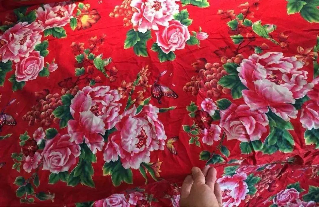 东北大花袄_戚薇也把东北大花袄穿在了身上, 比张馨予强