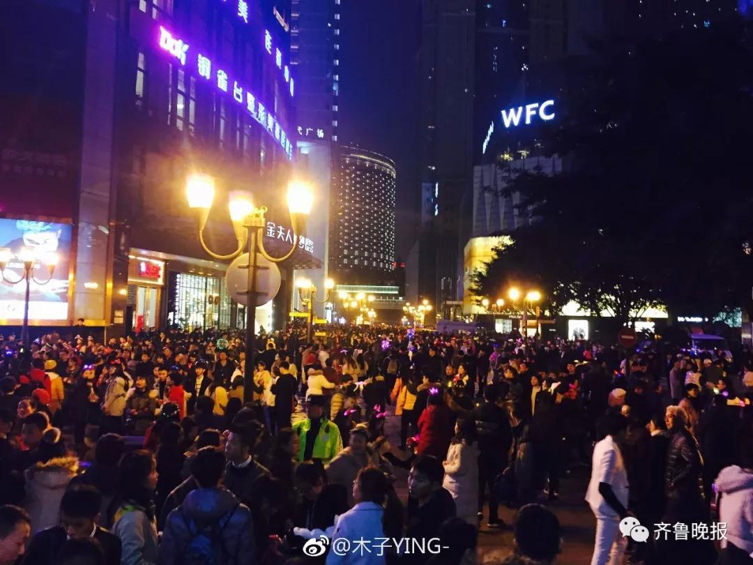 """跨年夜""""挤惨了""""!芙蓉街,泉城广场,宽厚里……密密麻麻图片"""