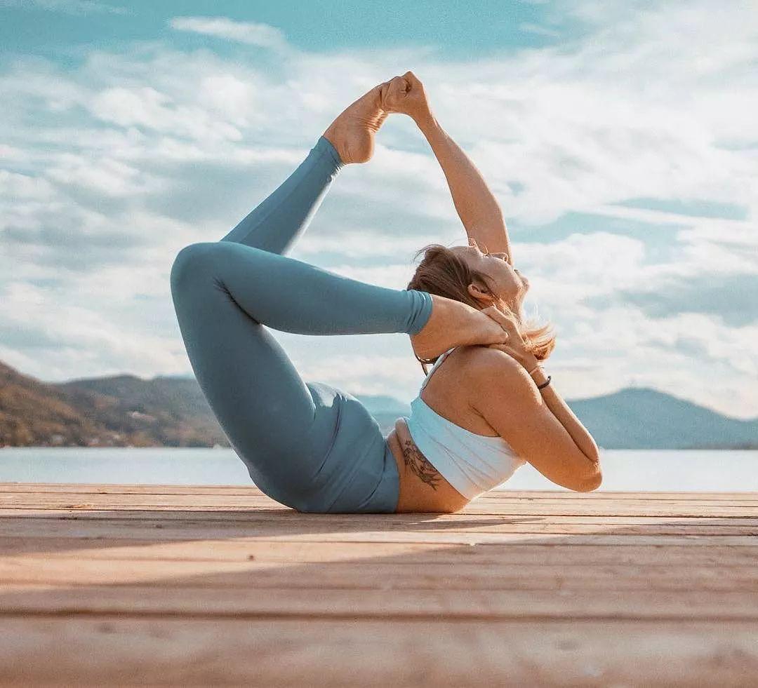 新手的户外瑜伽练习,练好这4个动作,还你一个优美萧条图片