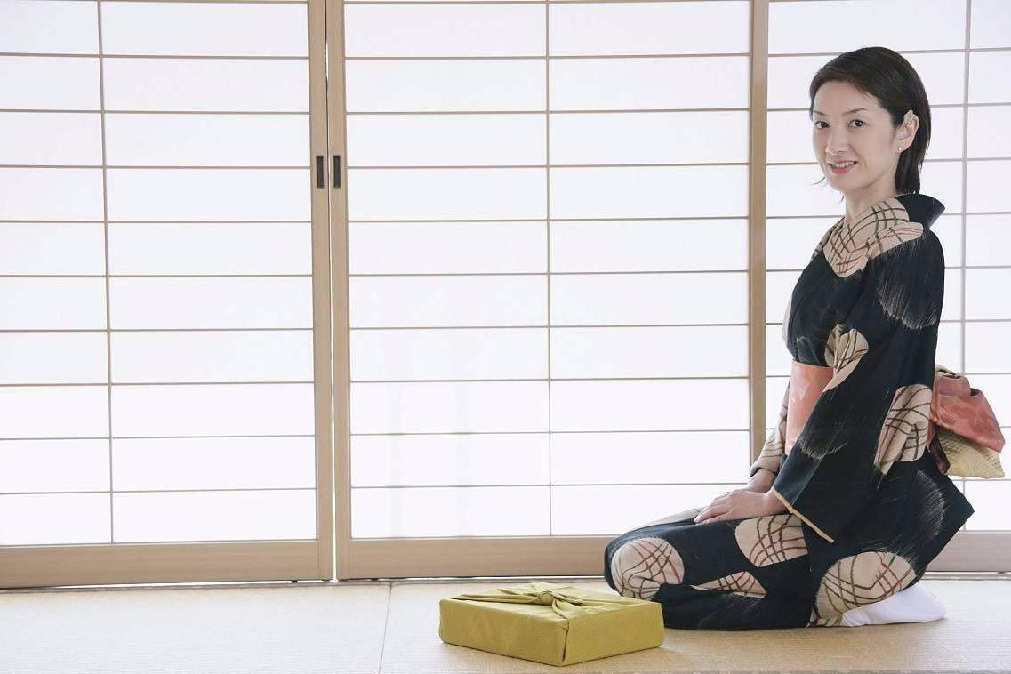 为什么日本人,总是爱做坐在地上