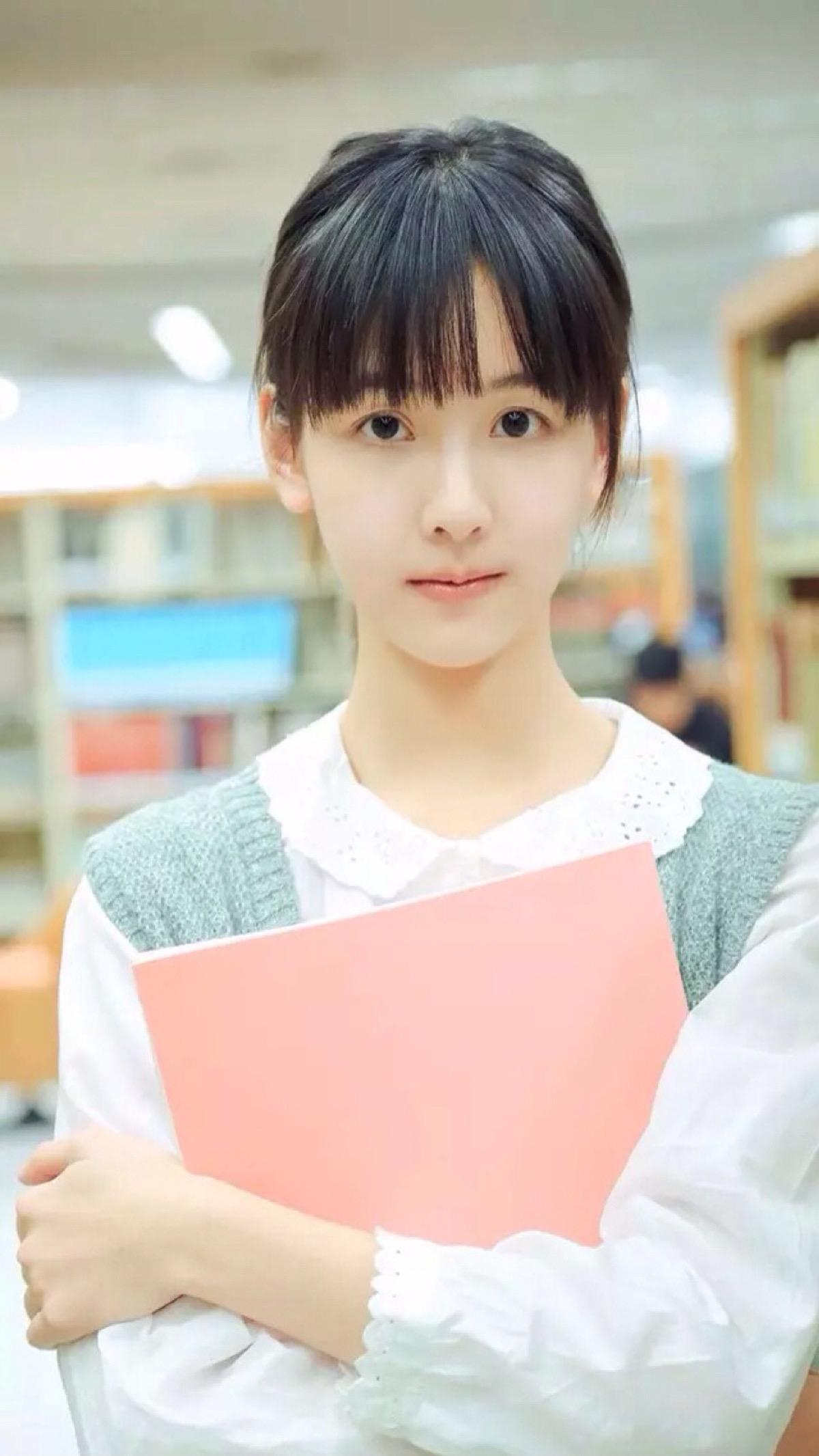 章泽天和陈都灵非常相似,都是高颜值好气质的妹纸,傻傻的分不清