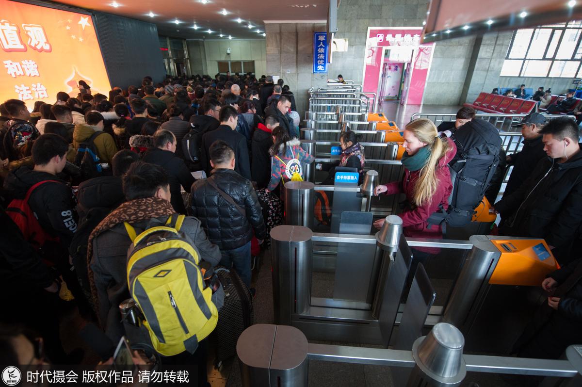 临近春节,中国多地返乡客流渐入高峰.