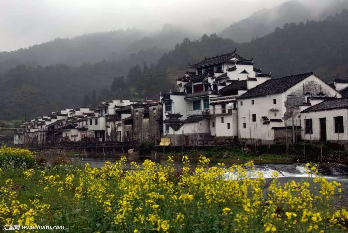 整个古村落背靠青山,面临清溪和稻田,像是一卷完美的田园山水画.