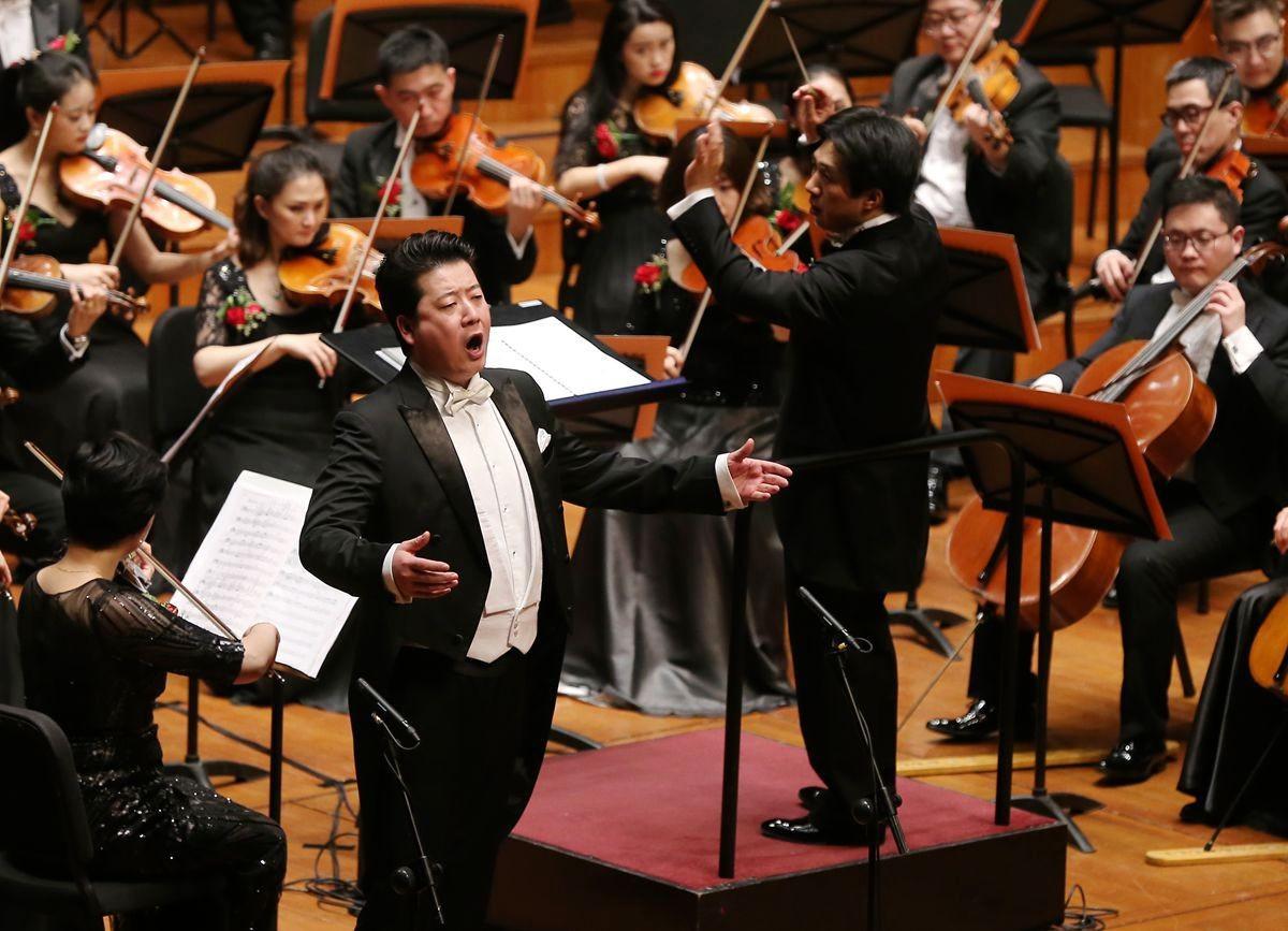 空政文工团二胡演奏家邓建栋与乐队合作了二胡协奏曲《我的祖国》.